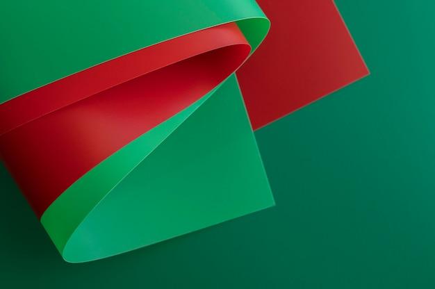 Hohe ansicht der minimalistischen abstrakten roten und grünen papiere