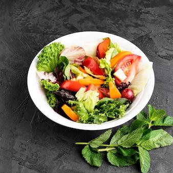 Hohe ansicht der schüssel mit salat