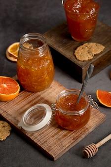 Hohe ansicht der süßen hausgemachten natürlichen orangenmarmelade