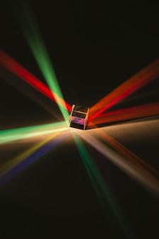Hohe ansicht des abstrakten prismas und des regenbogenlichts