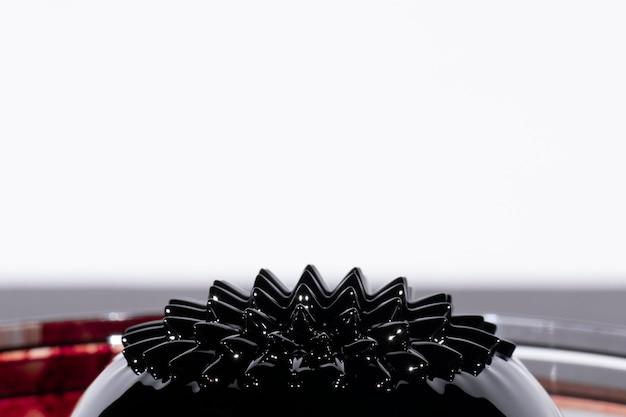 Hohe ansicht des ferromagnetischen flüssigen metalls mit kopienraum