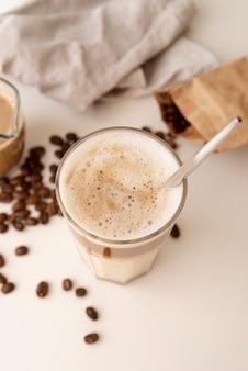 Hohe ansicht des kaffeeglases und der milch
