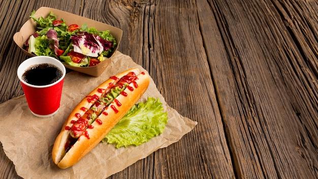 Hohe ansicht des köstlichen hotdogs und des salats
