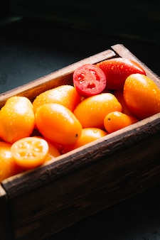 Hohe ansicht des korbes voll der tomaten