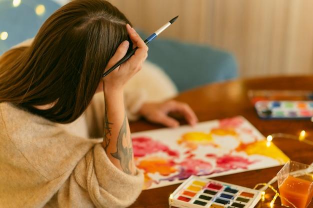 Hohe ansicht des kreativen zeitgenössischen malers