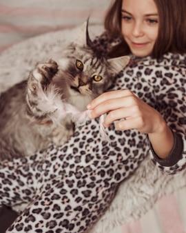 Hohe ansicht des mädchens und der katze
