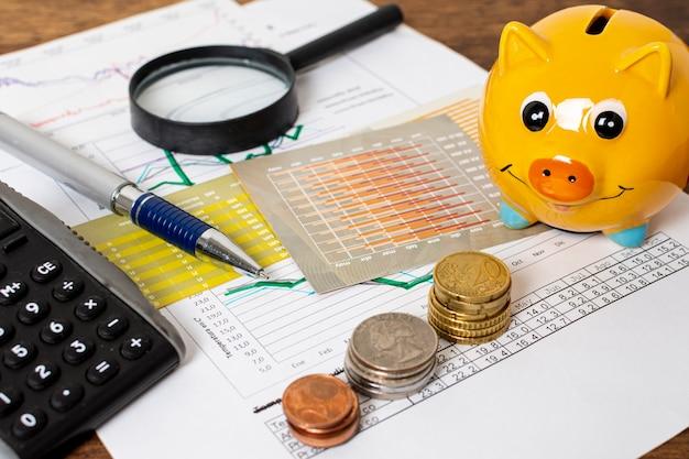 Hohe ansicht des sparschweins und der stapel der münzen
