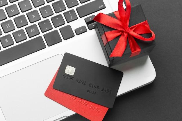 Hohe ansicht einkaufskarten und geschenk
