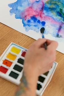 Hohe ansicht farbpalettenbox und malerei