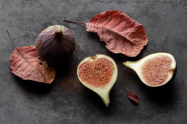 Hohe ansicht geschnittene granatapfelfrucht und blätter