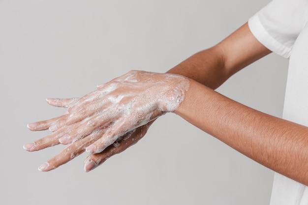Hohe ansicht hygienekonzept händewaschen mit seife