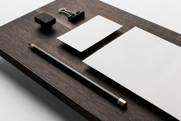 Hohe ansicht kopieren raum visitenkarte auf modernem tisch