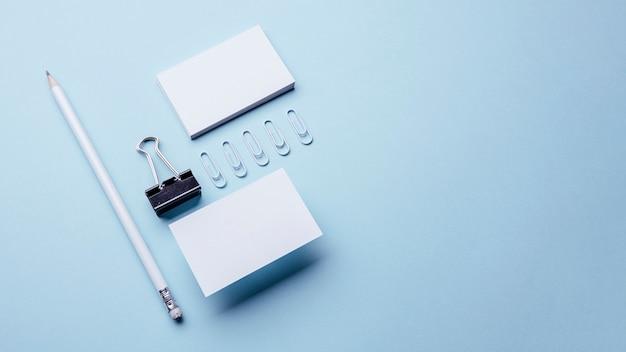 Hohe ansicht leere weiße visitenkarten