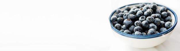 Hohe ansicht schüssel gefüllt mit blaubeeren kopieren raum