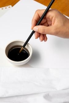 Hohe ansicht schwarze tinte in der schüssel