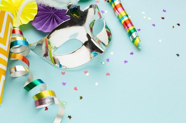 Hohe ansicht silberne maske mit konfetti