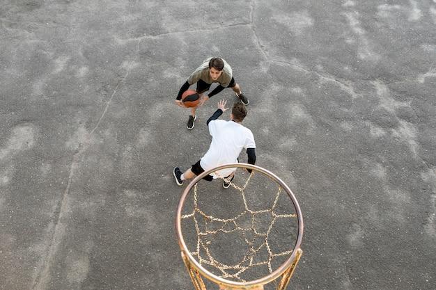 Hohe ansicht städtische basketballspieler