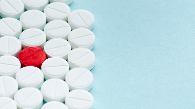 Hohe ansicht weiße und rote medikamente