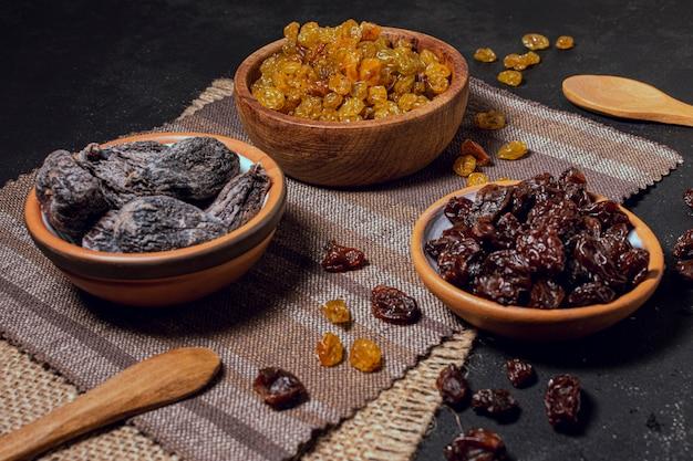 Hohe ansichtschüsseln voll trockene früchte und nüsse