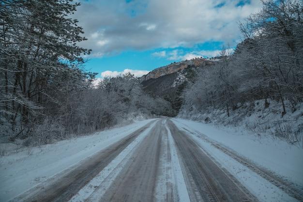Hohe berge unter schnee im winter
