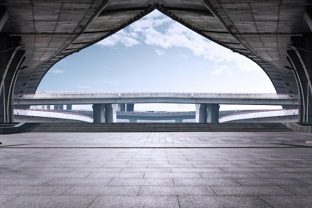 Hohe betonbrücke