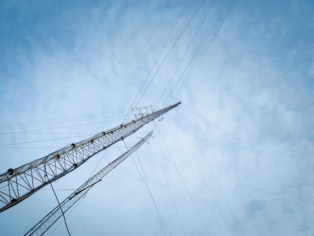 Hohe funkwellenmasten ragen gegen einen blauen himmel hoch.