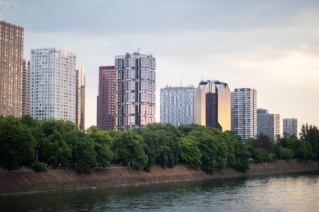 Hohe gebäude, hotels am ufer der seine im zentrum von paris, panorama