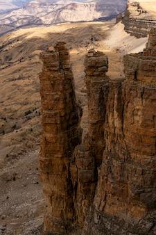 Hohe gipfel von felsformationen vor dem hintergrund düsterer wüstenberge