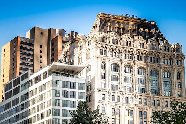 Hohe, moderne und gealterte gebäude in new york, usa