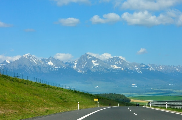 Hohe tatra frühlingsansicht mit schnee auf berghang und autobahn (slowakei)