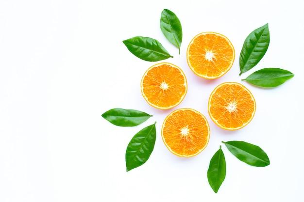 Hohe vitamin c, saftige orangenfrucht mit blättern auf weißem hintergrund.