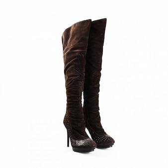 Hohe weibliche schwarze stiefel über weißem hintergrund