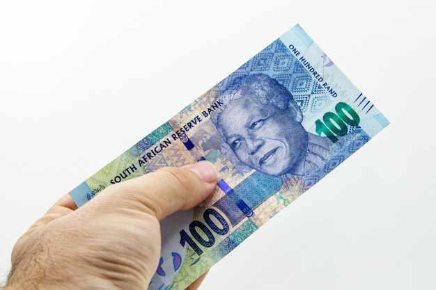 Hohe winkel-nahaufnahmeaufnahme einer person, die eine banknote hält