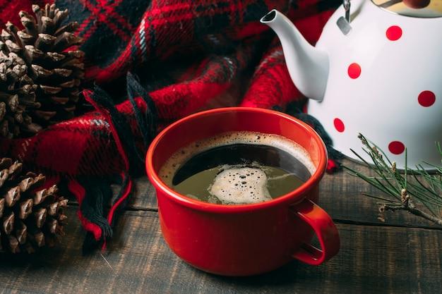 Hohe winkelanordnung mit rotem becher und kaffee