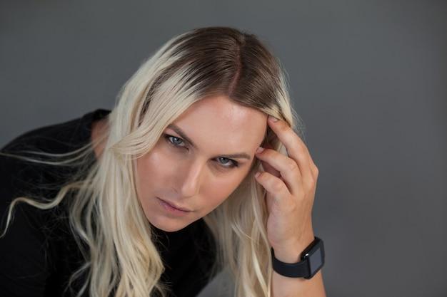 Hohe winkelansicht der schönen transgenderfrau