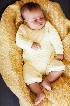 Hohe winkelansicht des babys, das im bett schläft