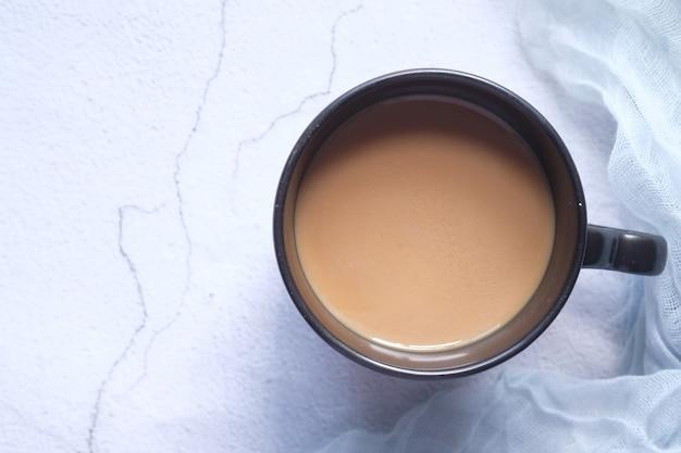 Hohe winkelansicht des kaffees in einer tasse auf tisch