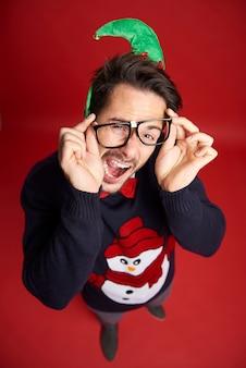 Hohe winkelansicht des lustigen nerd-mannes mit brille