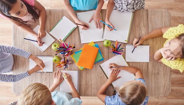 Hohe winkelansicht des zeichnens von kindern