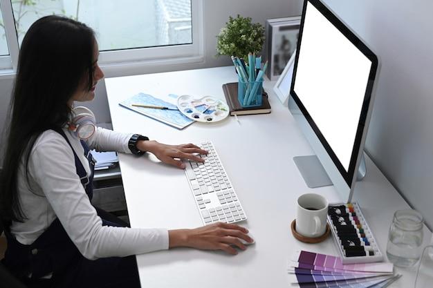 Hohe winkelansicht eines künstlers oder designers, der am computer im büro arbeitet
