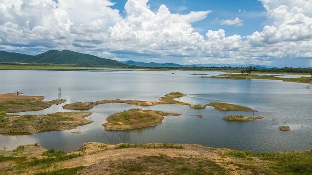 Hohe winkelansicht luftaufnahme des reservoirdamms mit schönem himmel, thailand