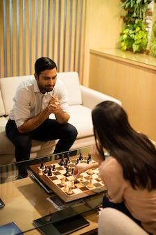 Hohe winkelansicht von geschäftskollegen, die schach spielen