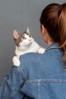 Hohe winkelfrau, die katze hält