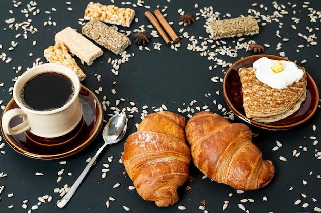 Hohe winkelkornnahrungsmittelzusammenstellung mit kaffee auf einfachem hintergrund