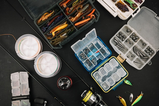 Hohe winkelsicht der fischereiausrüstung auf schwarzem hintergrund