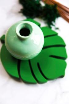Hohe winkelsicht der keramischen keramik des grünen badekurortes auf monsterblattküstenmotorschiff