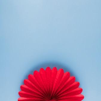 Hohe winkelsicht der roten schönen origamiblume auf blauem hintergrund