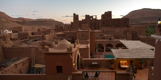 Hohe winkelsicht der terrasse eines hotels, kasbah ellouze, ouarzazate, marokko