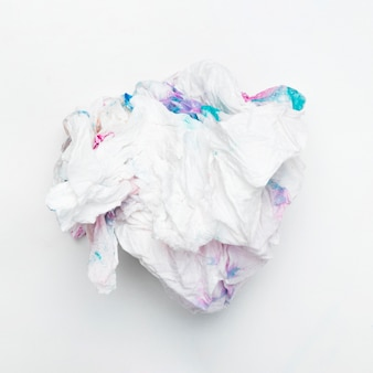 Hohe winkelsicht des befleckten weißen knautschpapiers über einfachem hintergrund