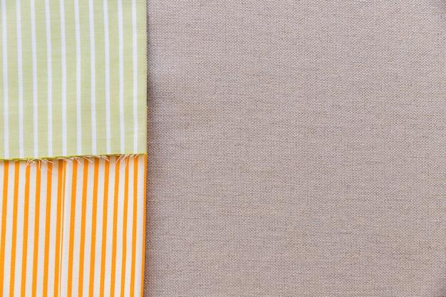 Hohe winkelsicht des bunten streifenmusters auf einfachem sackstoff